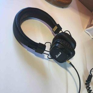 Säljer mina Marshall Major III hörlurar för vill köpa ett par nya med bluetooth. Har haft dem i 3 år, och dem är som helt nya. Inga märken eller tekniska fel. Dem är väldigt snygga. Det är INTE bluetooth, sladd tillkommer.   Frakt tillkommer