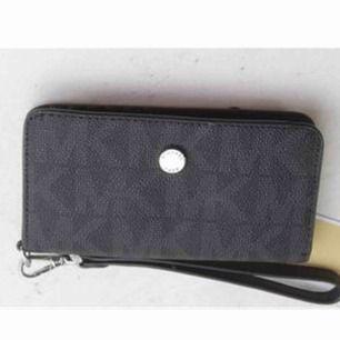 Säljer pga använder inte! Michael kors plånbok/mobil case nypris 1100kr❤️ Frakten ingår i priset❤️ Använd men fint skick! Kan mötas upp i Stockholm❤️ Sänker priset för en snabb affär! Kan skicka flera bilder❤️