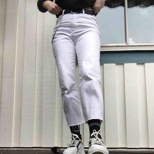 högmidjade vita jeans! köpta secondhand och använda typ 3 ggr av mig, avklippta längst ner (jag är vanligtvis storlek S och 169cm lång) frakt 54kr🌻