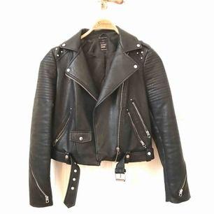 Jacka i skinnimitation från Zara med originellt motiv på ryggen.