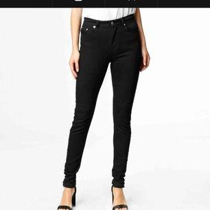 "svarta jeans från junkyard i modellen ""clara high waist"" frakt 54kr"