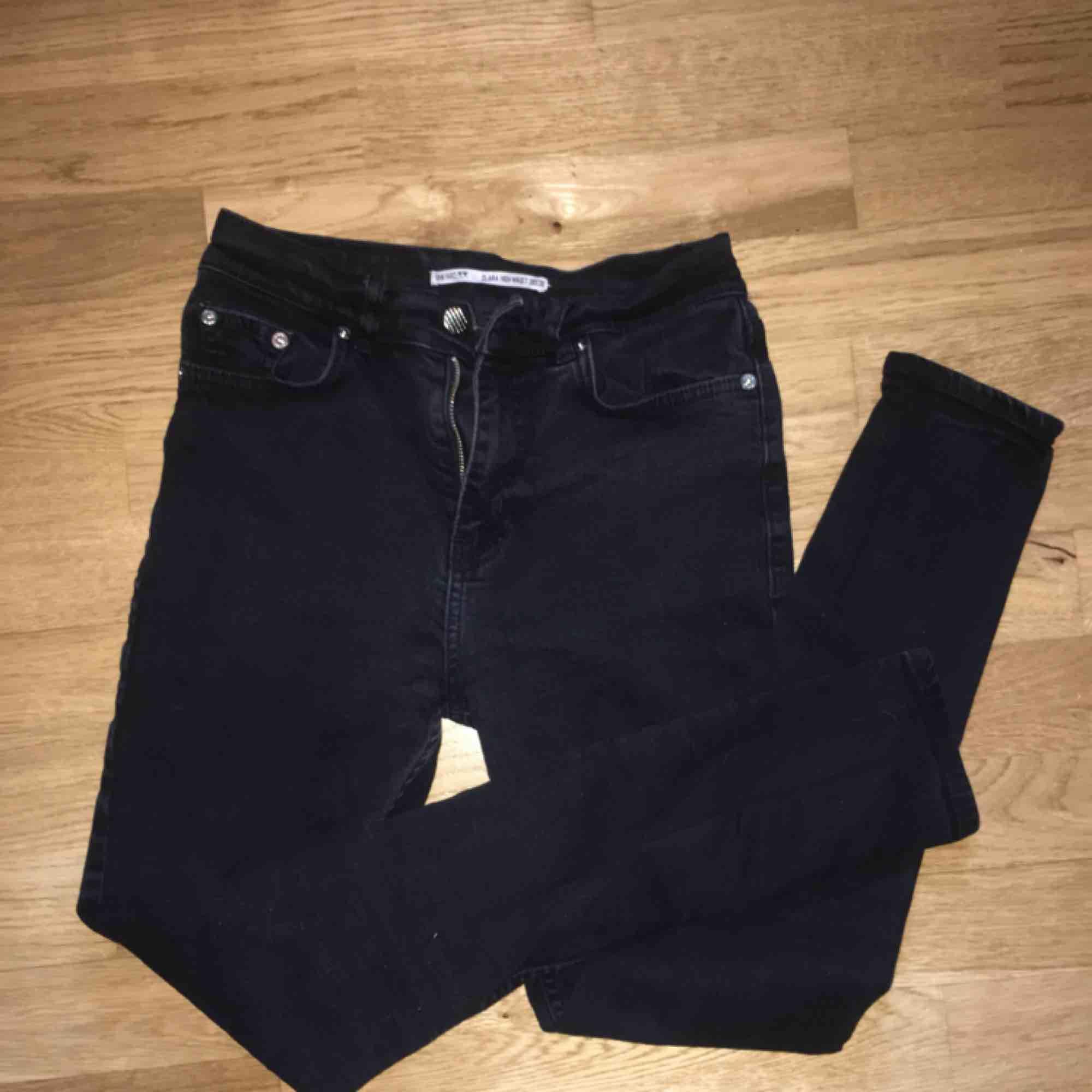 "svarta jeans från junkyard i modellen ""clara high waist"" frakt 54kr. Jeans & Byxor."