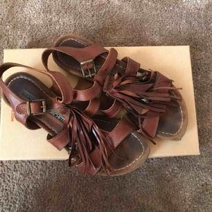Sandaler i läder.