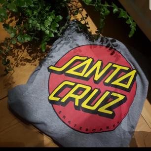 Sjukt snygg santa cruz hoodie sparsamt andvänd som tyvärr inte kommer till användning längre så bättre och sälja till någon som kommer använda den mer, köparen står för frakten. Ordinarie pris: 650kr