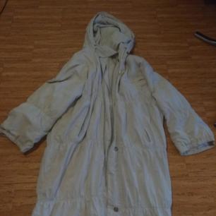 Najs vintage vitgrå jacka i använt skick! Lång, räcker ner till anklarna på en på ca 170 cm