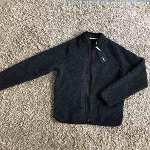 """Ny, aldrig använd jacka/sweatshirt/fleece från weekday. Modellen heter """"shaun zip sweatshirt"""" mycket snygg och skön! Nypris 600kr  Hämtas i Gbg/köparen står för frakten!"""