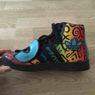 Unika skor, Adidas x Jeremy Scott. Superfint skick. Inköpta i Los Angeles. Storleken som anges är 40 men de är små. Snarare en 38,5–39
