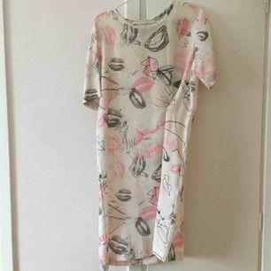 Fantastisk klänning från Back med läckert mönster. Använd en gång.