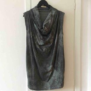 Urskön klänning i bomullstretch med snyggt mönster. Små axelvaddar och vid krage. Sparsamt använd.