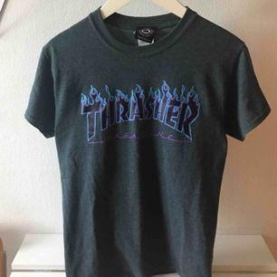 Grå Trasher T-shirt! Sparsamt använd. Köparen står för frakt.