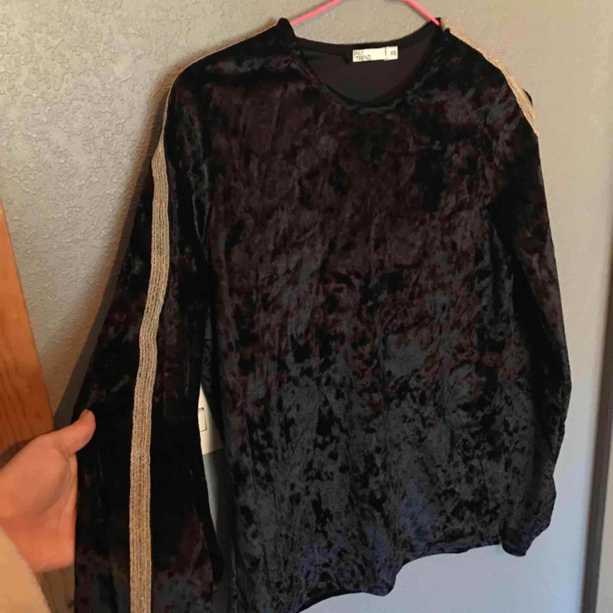 Jättefin topp i sammet, från Nelly trend. På ärmarna är de typ strass, och tröjan är både jätteskön och snygg!. T-shirts.
