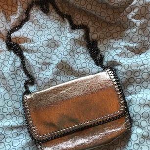 """Guldig """"kedjeväska"""" från Gina! Köpt för ca 299kr."""