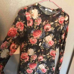 En blommig tröja i mesh, alltså är den lite genomskinlig! Jättefin
