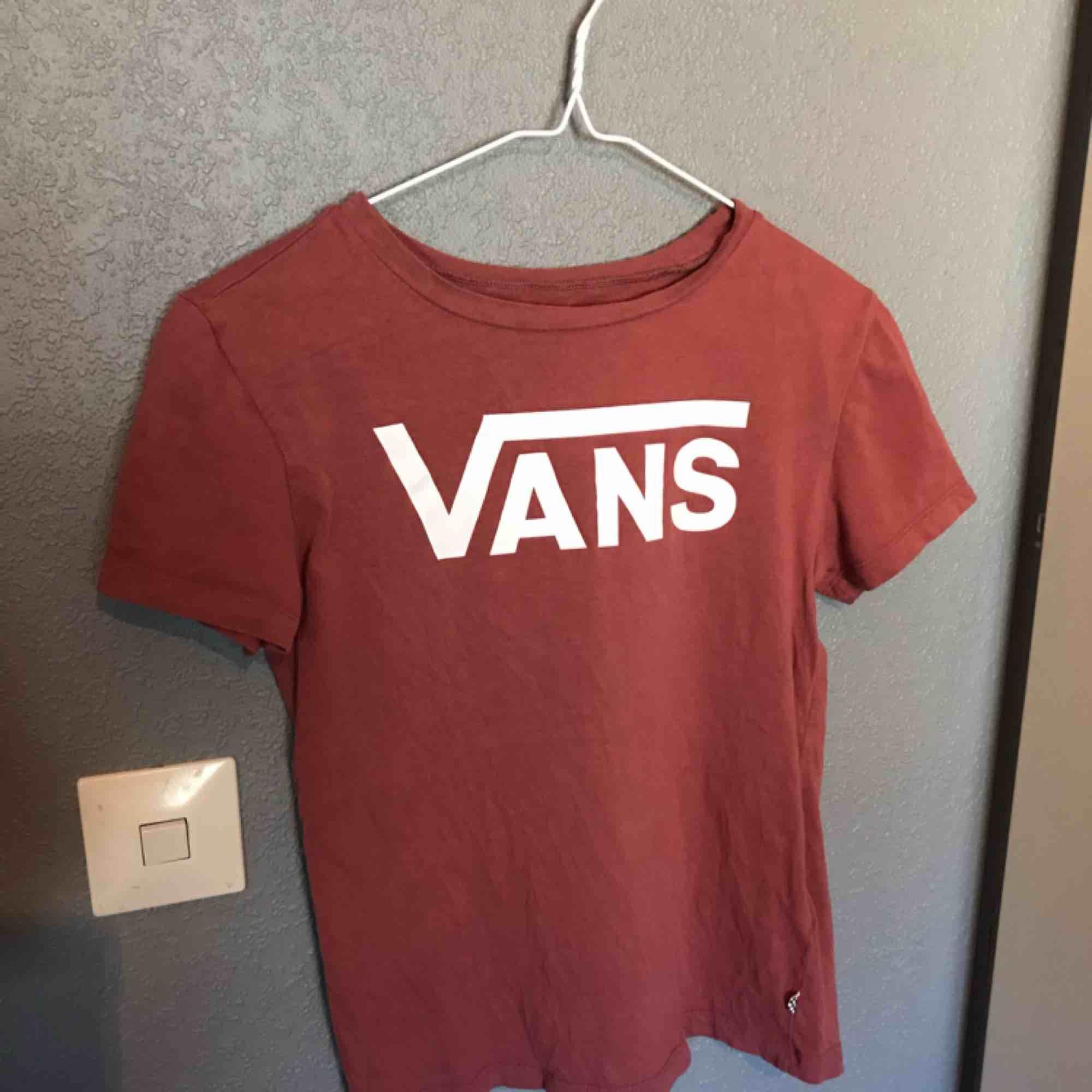 En helt simpel och skön vans tisha i storlek xs!. T-shirts.