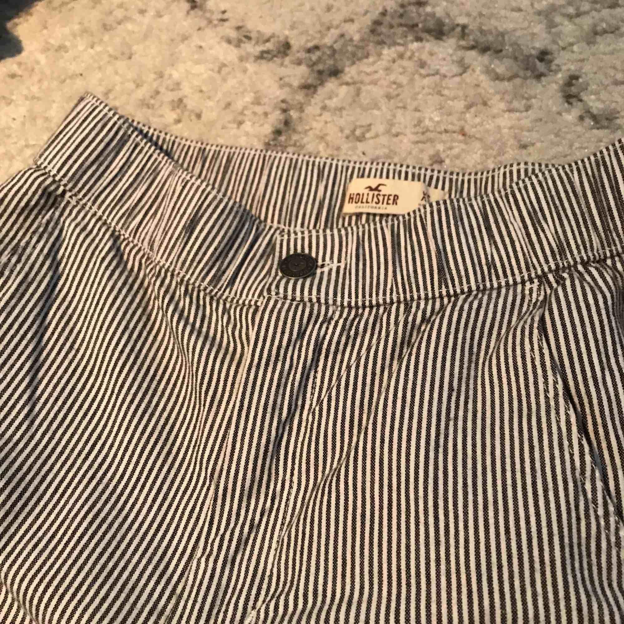 Randiga byxor från hollister nyskick . Jeans & Byxor.