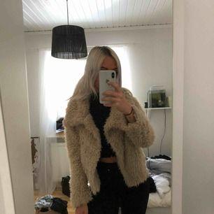Fluffig jacka från Zara i storlek XS. Använd ett fåtal gånger men i mycket fint skick. Frakten står köparen för