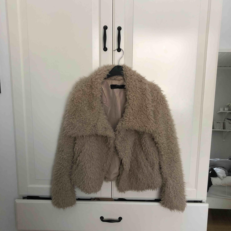 Fluffig jacka från Zara i storlek XS. Använd ett fåtal gånger men i mycket fint skick. Frakten står köparen för . Jackor.