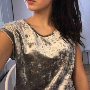 Jätte fin sammets t shirt i ett super skönt material!  Passar större storlekar 😊