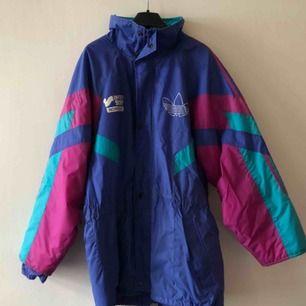 Vintage adidas lång täckjacka med Intersport tryck på bröst och rygg. Lagat med patchar på ryggen. Se bild. 80/90-tal