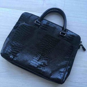 Ny elegant lack laptop väska med tre stora fickor från Orsay. Aldrig använd.