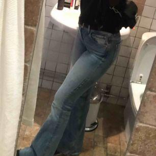 Populära bootcut jeans från Zara, bra skick!! Fråga om ni undrar ngt 😊