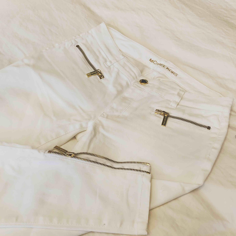 Storlek: 0  Köpta för 1600 säljer för 500!. Jeans & Byxor.
