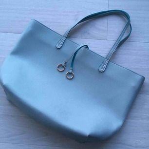 Mint stor shopper väska från Sinsay. Storlek är 47 X 30 X 11 Används bara några gånger.