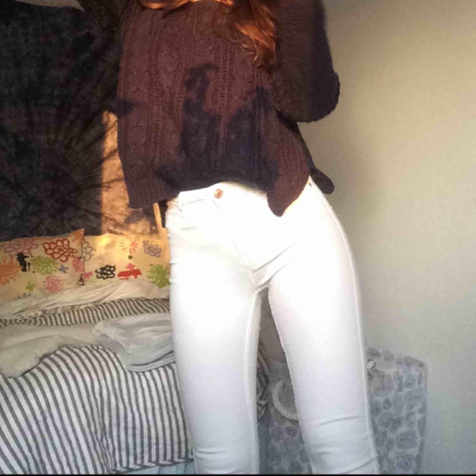 Säljer ett par vita molly jeans från Gina tricot!! Knappt använda då vita jeans verkligen inte är min grej. Frakt betalar du för runt 40kr tror jag. Priset går alltid att diskuteras. Jeans & Byxor.