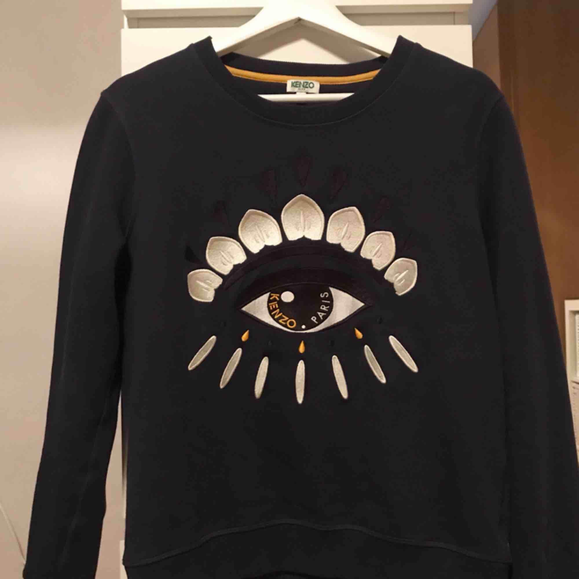 Marinblå tröja från Kenzo (dam). Storlek L, men är liten i storleken så den är som en S/M. Den är knappt använd. Köpt i Köpenhamn sommaren 2017 (såklart äkta). Säljes billigt pga vill bli av med den snabbt innan flytt :) . Tröjor & Koftor.