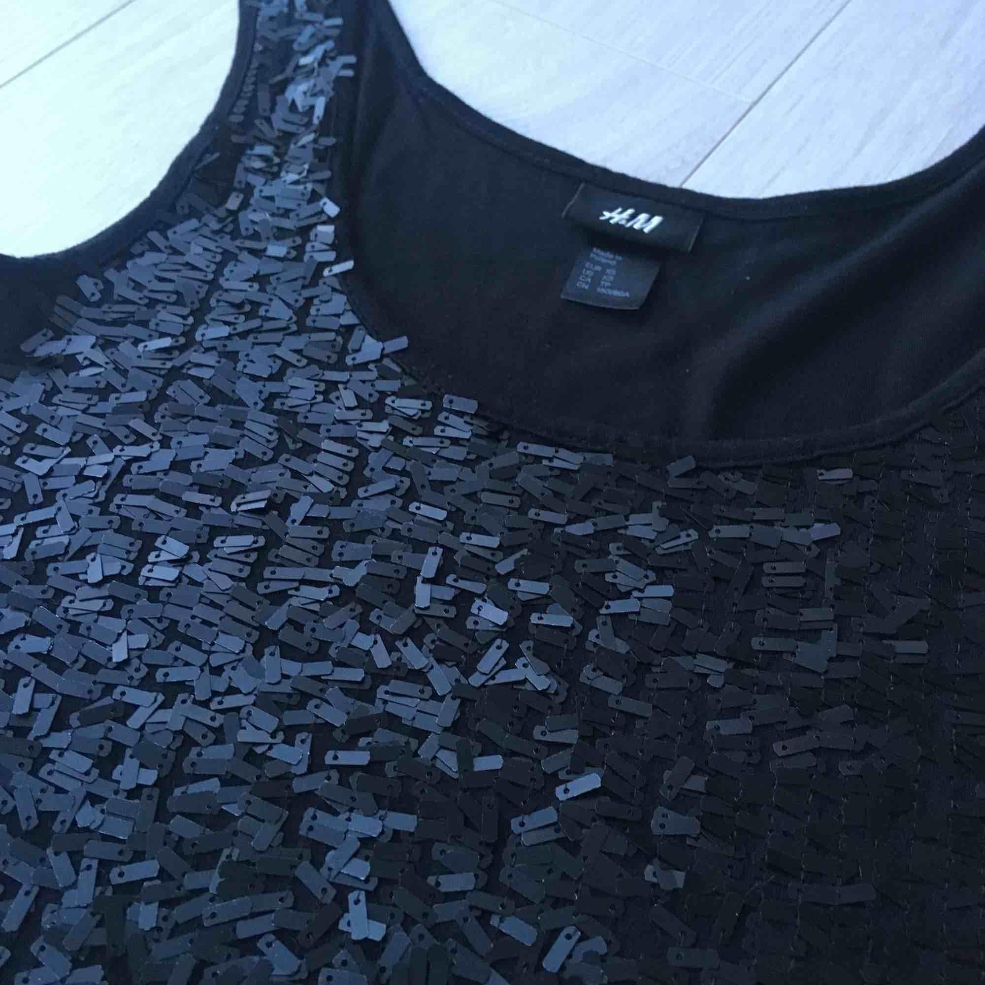 Svart flitter blus från H&M. Storlek kan passa for S också.. Blusar.