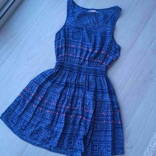 Blå jättefin klänning. Perfekt for sommar. Använd bara några gånger.