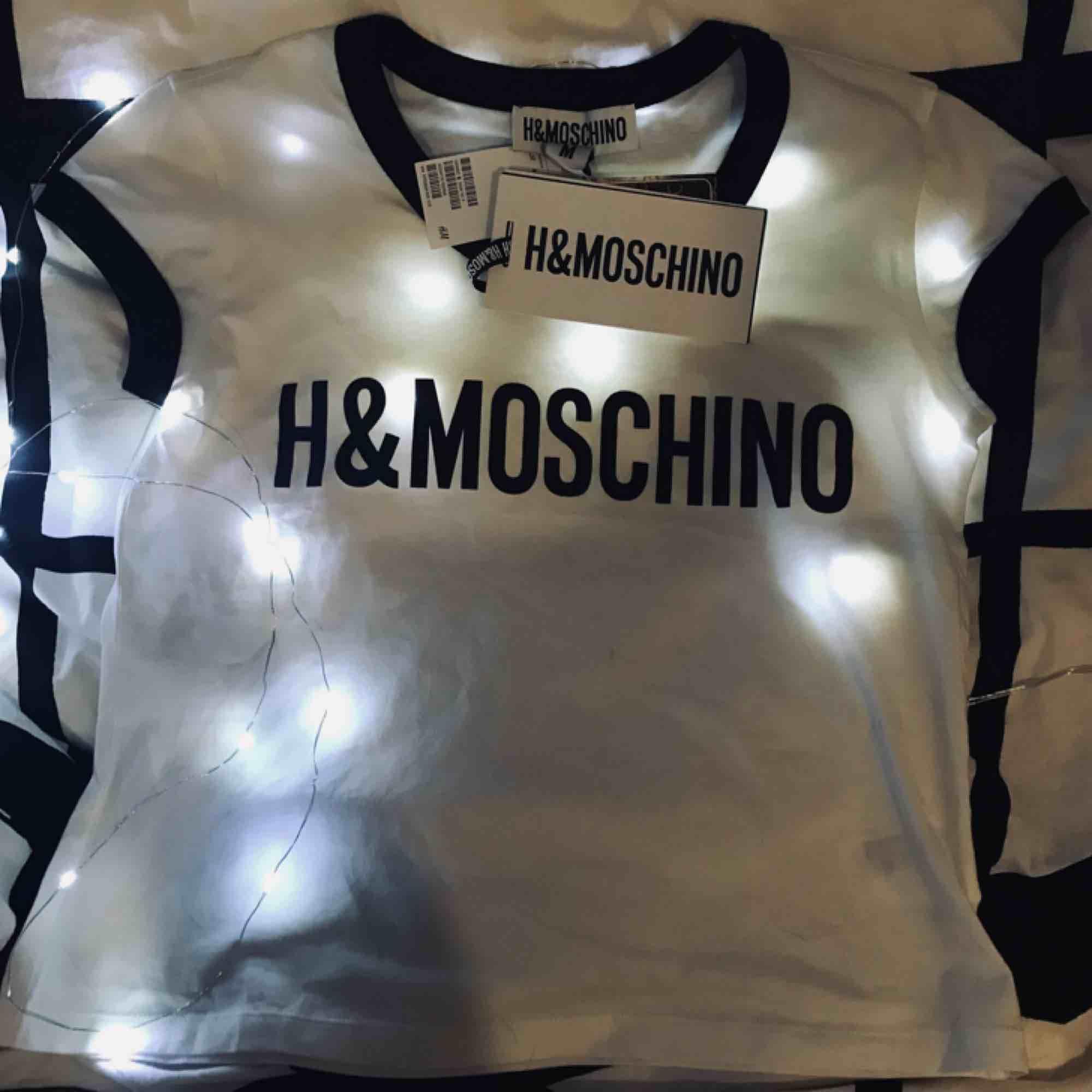 T-shirt hm moschino. T-shirts.