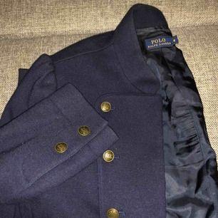 Marinblå Ralph Lauren jacka med gulddetaljer. Helt oanvänd! Köparen står för frakten