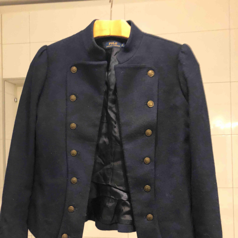Marinblå Ralph Lauren jacka med gulddetaljer. Helt oanvänd! Köparen står för frakten. Jackor.