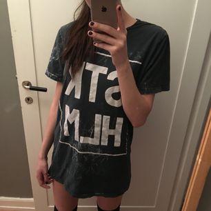 """tshirt i herrmodell strlk large men kan också användas som tshirt klänning. det står """"stkhlm"""" på och har lite marmor effekt. möts upp i stockholm🌼"""