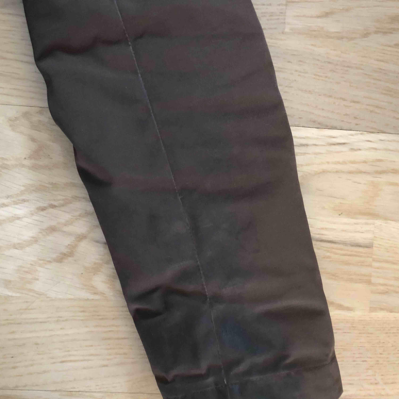 Säljer nu min fina Canada Goose Montebello i färgen brun då jag inte använder den. Sliten på insidan av armarna och fickorna. Annars är den i toppskick!  Först till kvarn som gäller. Jackor.