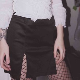 Ruskigt snygg kjol från Poster Grl som sorgligt nog är något för stor på mig. Siden-liknande material med två slits på framsidan.  Möts i Sthlm eller så tillkommer frakt på 35kr!