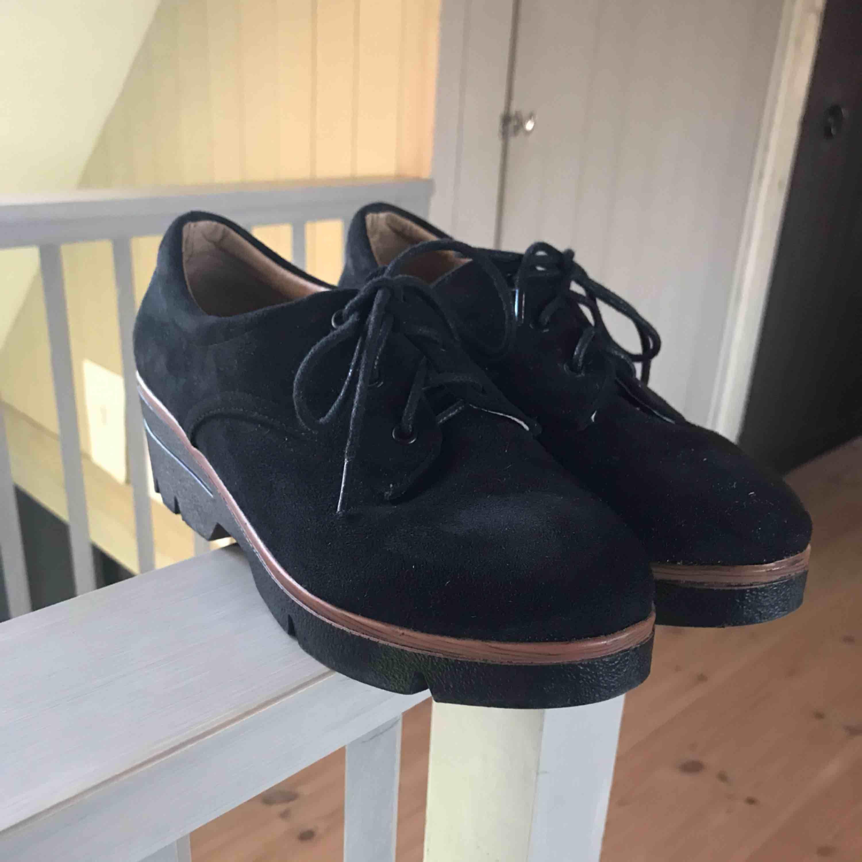 Suuupergulliga skor som är i toppskick och knappt använda. Dom är en storlek 38 och fraktpris diskuteras i dm 💕💕 . Skor.