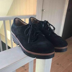 Suuupergulliga skor som är i toppskick och knappt använda. Dom är en storlek 38 och fraktpris diskuteras i dm 💕💕