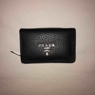 """Liten och praktisk plånbok från Prada """"kopia"""". Fack för sedlar samt separat fack för mynt. Sparsamt använd. Skickar gärna fler bilder vid intresse, 60kr, köparen står för frakten"""