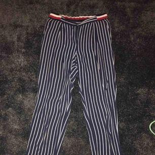 Äkta från Tommy hilfigher. Mörkblåa med fickor fram och resor i midjan :) köpta i London för över 1000