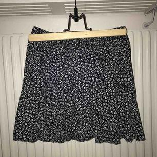 världens finaste kjol från brandy melville som tyvärr blivit för liten. otroligt skick! står one size på lappen men skulle säga xs-s