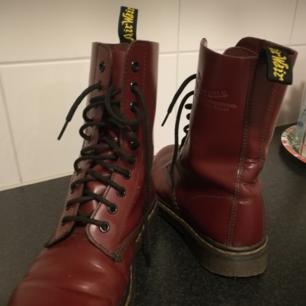 Röda Dr Martens i läder säljes eftersom de inte kommer till användning. Inköpta secondhand hand men i väldigt gott skick, jag själv har haft dem max tre tillfällen. Finns mindre spricka i lädret (se sista bilden).