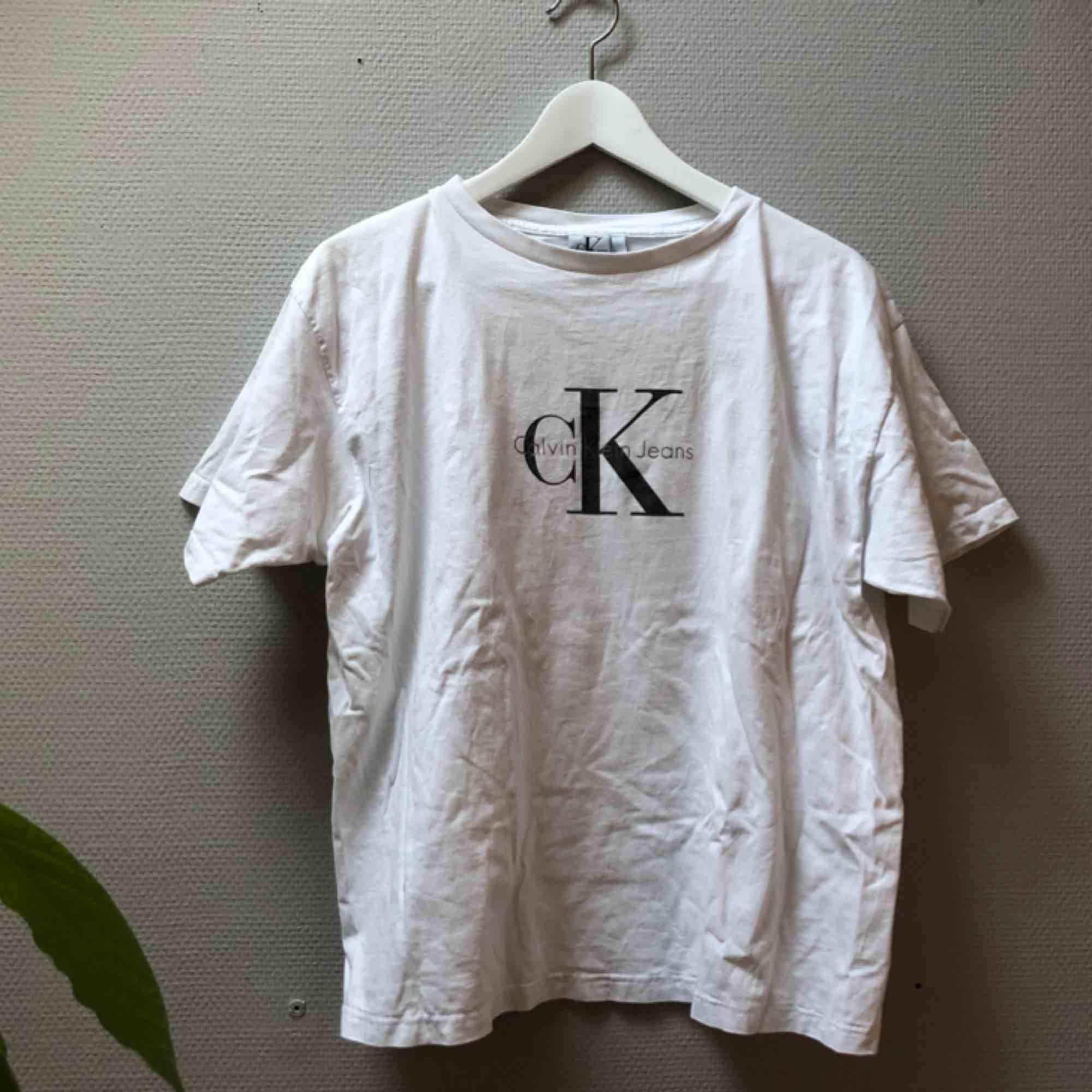 Fräsch Calvin Klein vintagetshirt! Det står XL i den men på mig som är en s sitter den snyggt med bra fall.. T-shirts.