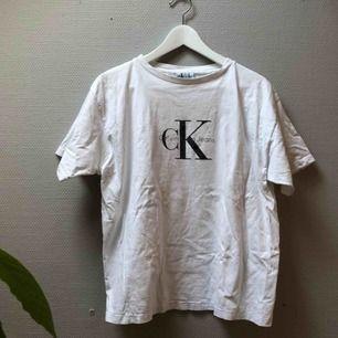 Fräsch Calvin Klein vintagetshirt! Det står XL i den men på mig som är en s sitter den snyggt med bra fall.