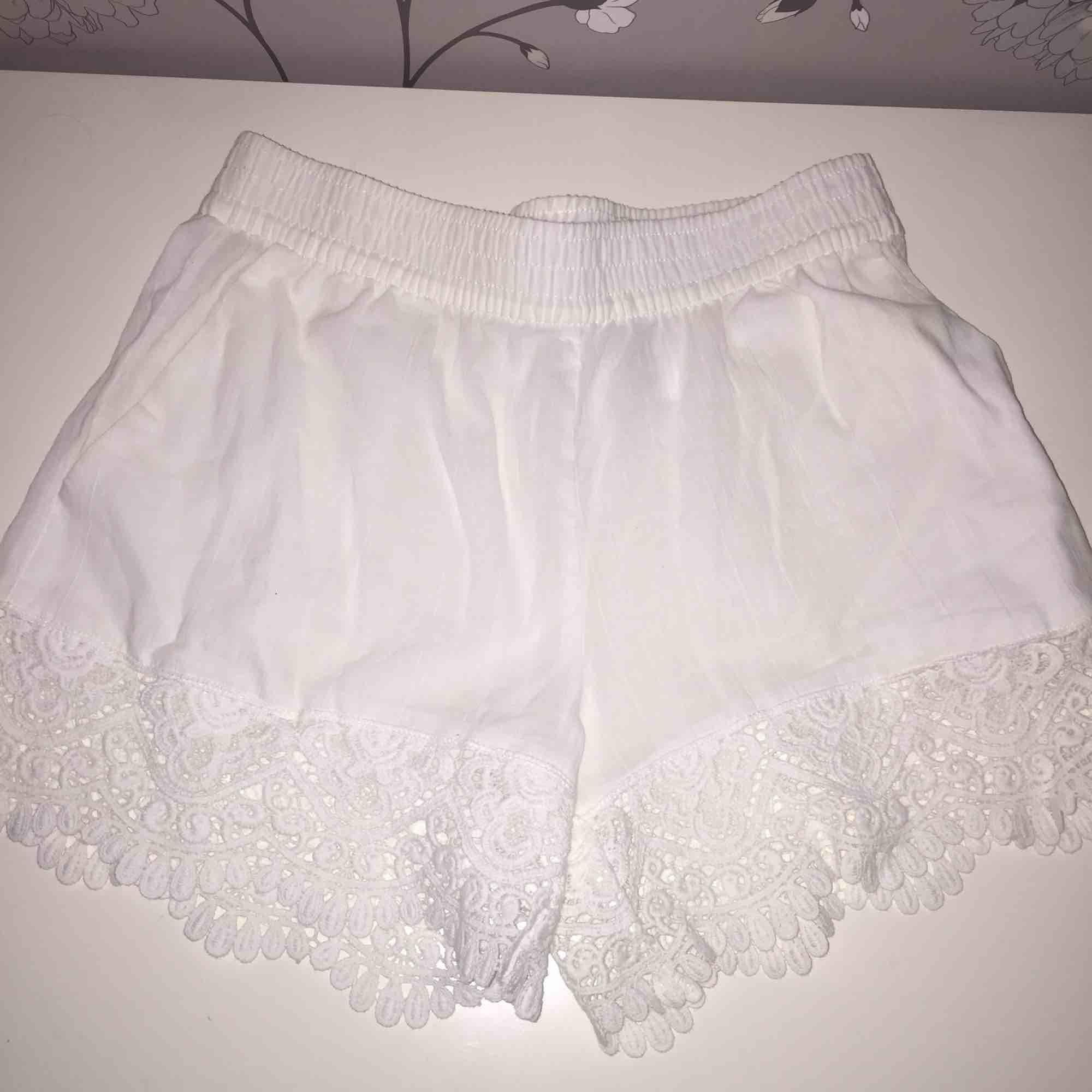 Ganska tunna vita shorts från H&M i storlek 36. Inte använda en enda gång för de är för stora för mig☀️ (på bilden ser de lite gulaktiga ut men det är helt vita i verkligheten) . Shorts.