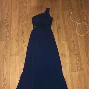 Jättefin balklänning med en axelband och slits på ett ben Perfekt till bröllop och balen