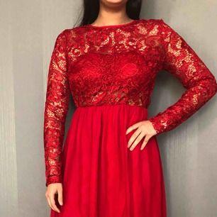 Balklänning i röd  Jättefin bal eller bröllops klänning med spets och öppen rygg.
