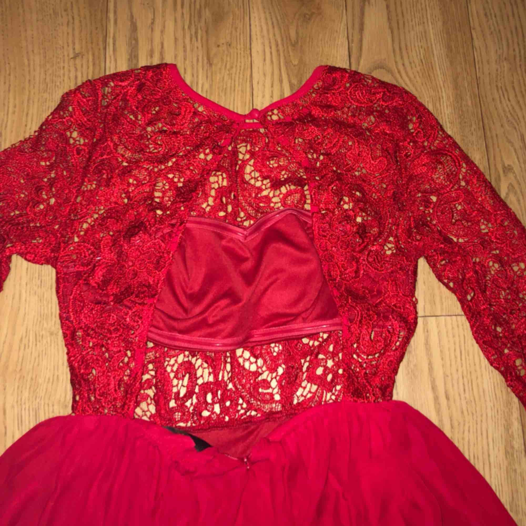 Balklänning i röd  Jättefin bal eller bröllops klänning med spets och öppen rygg. . Klänningar.
