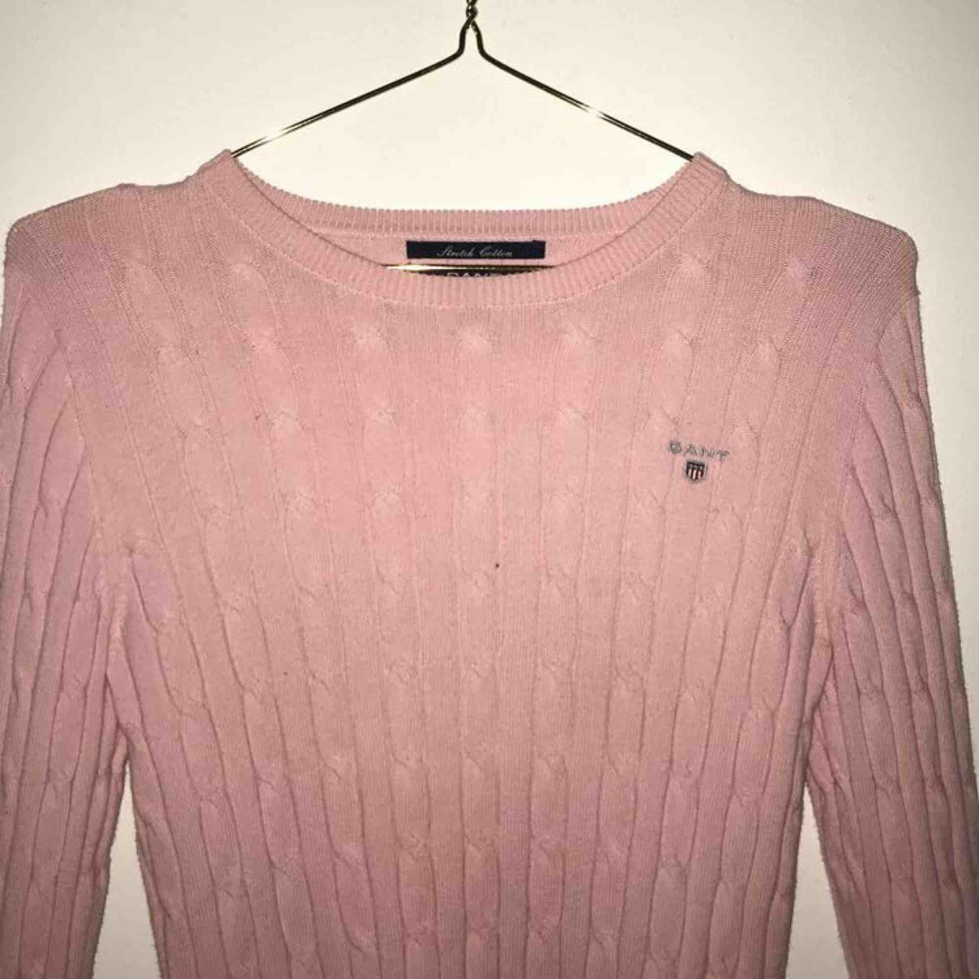 en ljusrosa kabelstickad tröja från gant, använd ett fåtal gånger och är i jättefint skick. Denna tröja är i storlek xs, men skulle säga att den även skulle kunna passa S, köparen får stå för frakten ☺️. Huvtröjor & Träningströjor.
